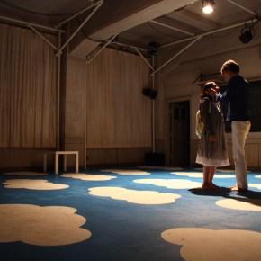 『幸せはいつも小さくて東京はそれよりも大きい』舞台写真@京都 元立誠小学校 音楽室 2012.10