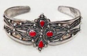 bracelet amazigh 300x195 Bagues amazigh : bracelets et bijoux kabyls  Video Ath Yenni