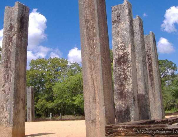 Monolithic pillars of Ratnaparasada