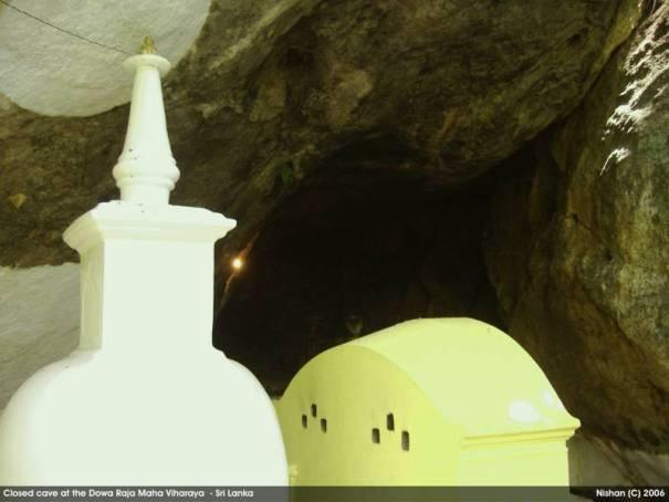 Stupa at the tunnel entrance - Dowa Raja Maha Viharaya
