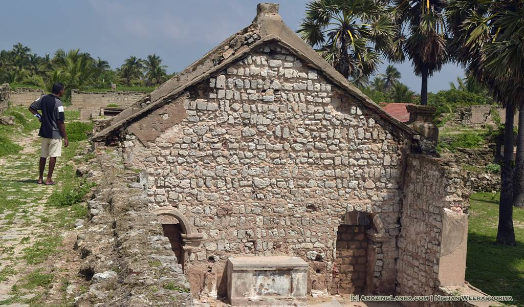 Ruins of probably are church - Walking along the walls of the Mannar Fort