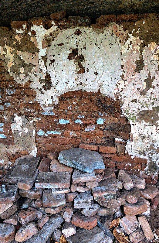 remnants of a seated budhdha statueMiella (Myella) Kanda Ancient Cave Temple