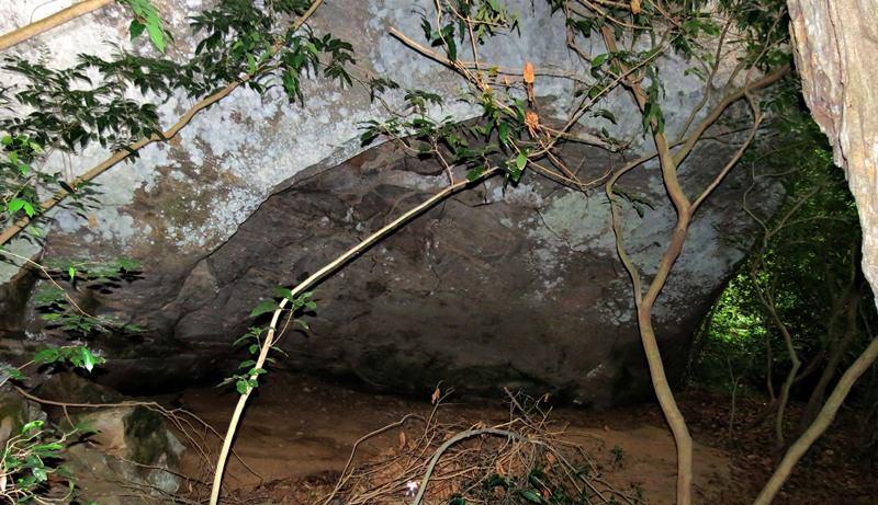 Drip ledge caves of Unuwathurabubula Veheragala Aranya Senasanaya in Mahaoya