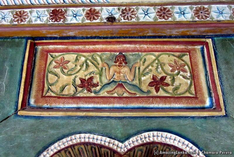 Narilatha Mala carving on the entrance to the inner chamber of Dethawa Sri Mahamuni Purana Tampita Viharaya