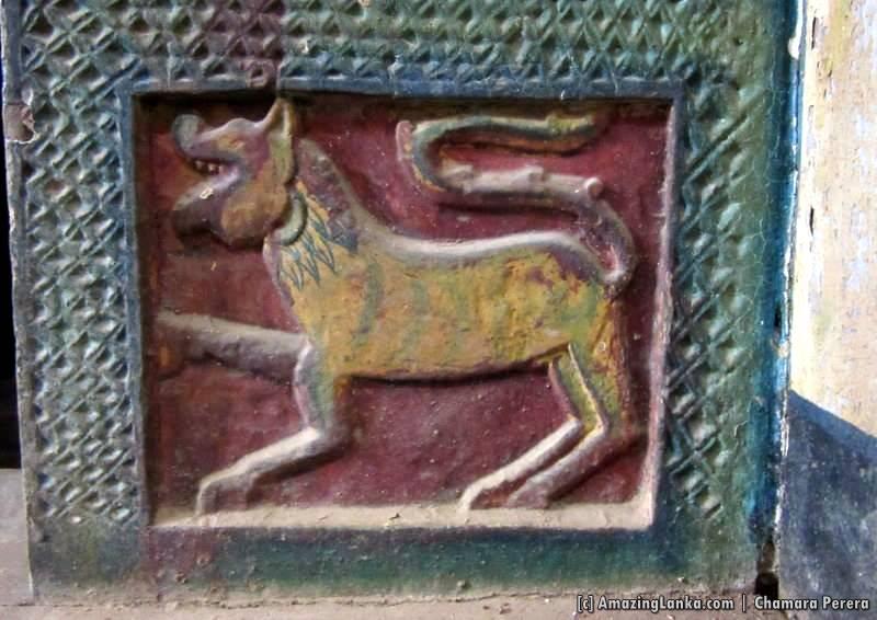 A carving on the door frame to the inner chamber of Dethawa Sri Mahamuni Purana Tampita Viharaya