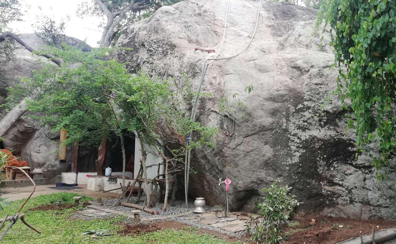නයි පෙන හැඩැති ලෙන් සහිත පුල්මුඩේ නාගලෙන නටබුන් - Pulmude Nagalena Rajamaha Viharaya Ruins