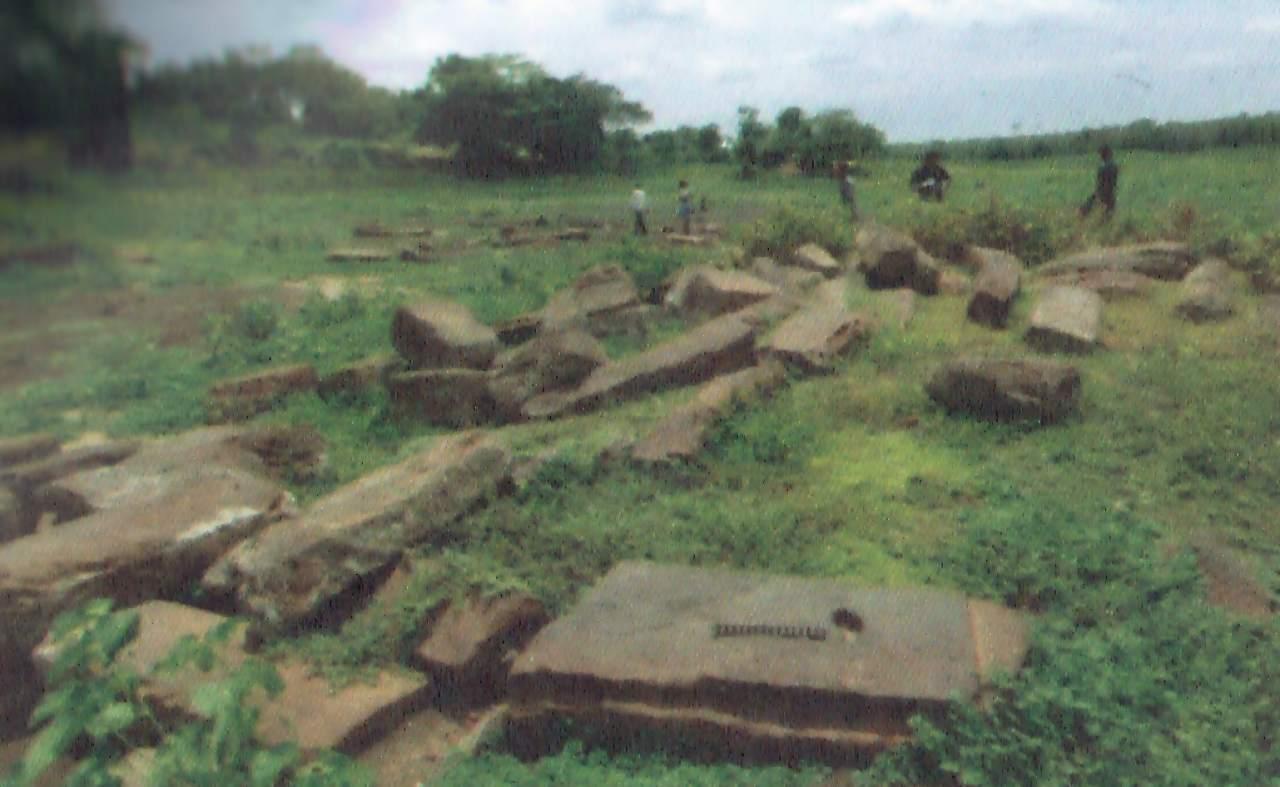 මුලතිව් තන්නිමුරුප්පුකුලම වැව පැරණි සොරොව්වට අයත් විශාල ගල් පුවරු හා කණු - Mulativu Tannimuruppukulama Wewa Archaeological Ruins