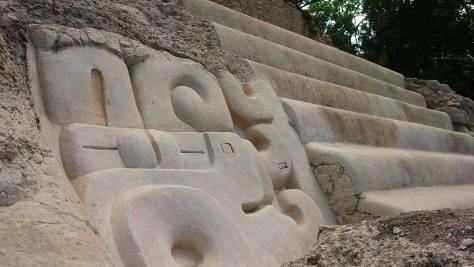 Restaurierte Ornamente und Stufen in El Mirador