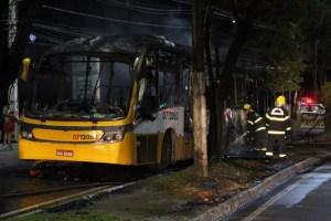 Ônibus pega fogo na Avenida Cosme Ferreira, em Manaus