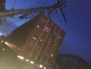 Caminhão derruba poste e deixa o Parque 10 às escuras, em Manaus