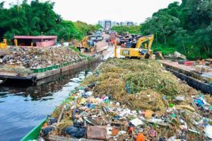 Prefeitura de Manaus vai fazer campanha educativa para evitar que a população jogue lixo nos igarapés e no rio Negro