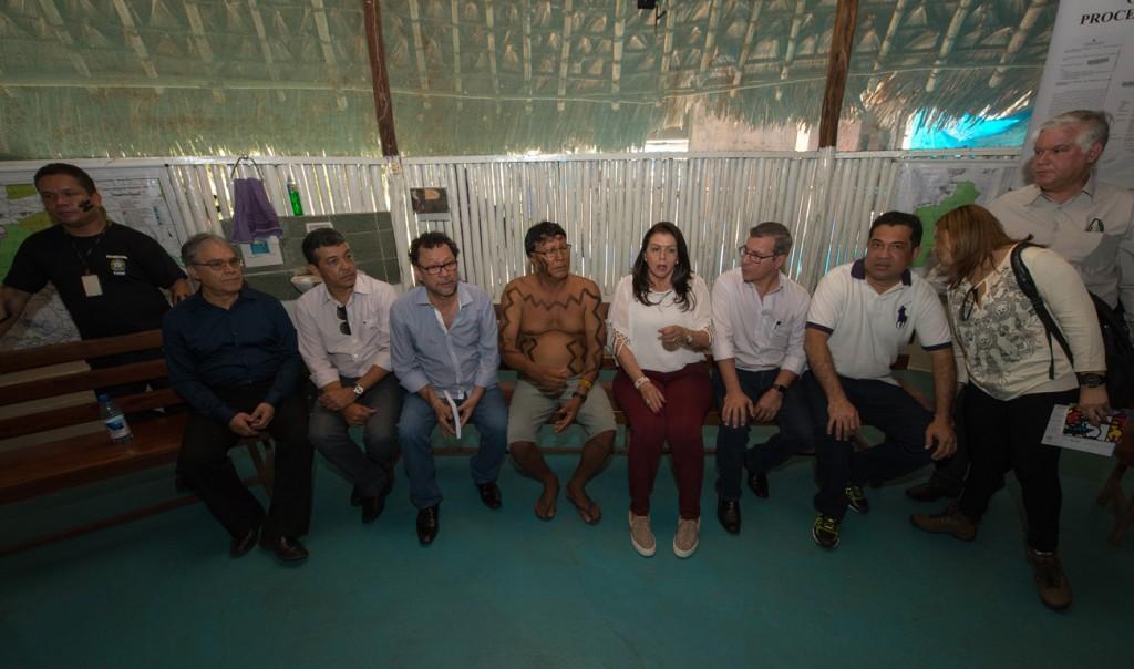 A governador de Roraima, Suely Campos (PP) durante reunião na aldeia (Foto: Mário Vilela/Funai)