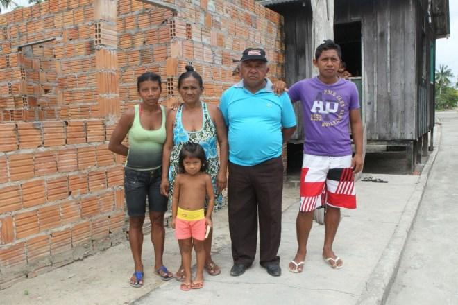 Tuxaua Amado Menezes Filho e sua família, na aldeia Ponta Alegre.