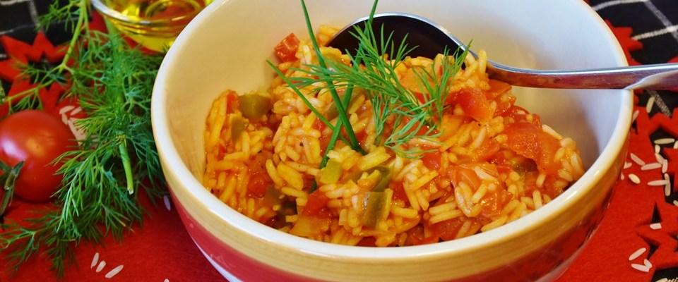 Začinjena riža s rajčicom i povrćem i piletina sa šparogama