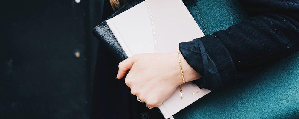 devojka-drži-notes