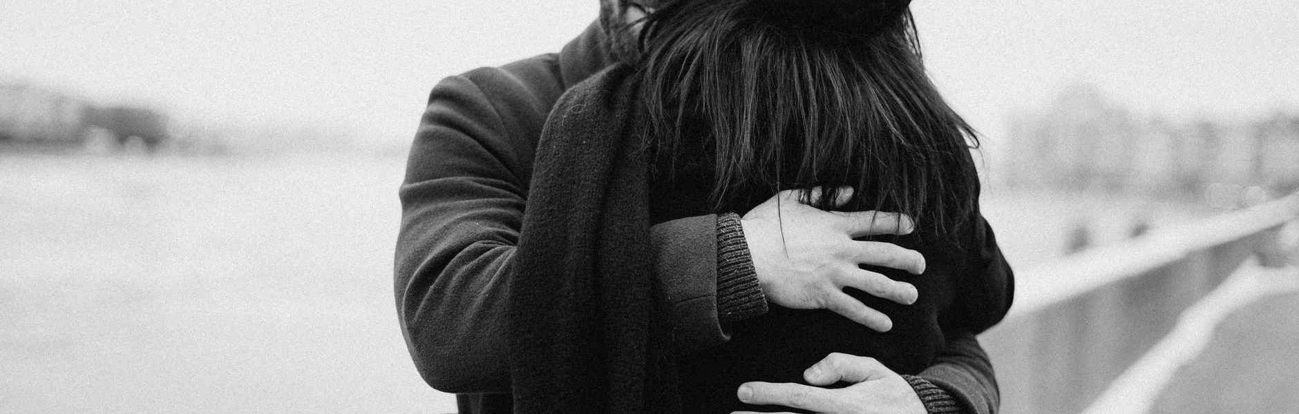 Mjesečni ljubavni horoskop za studeni man and woman hugging on bay view