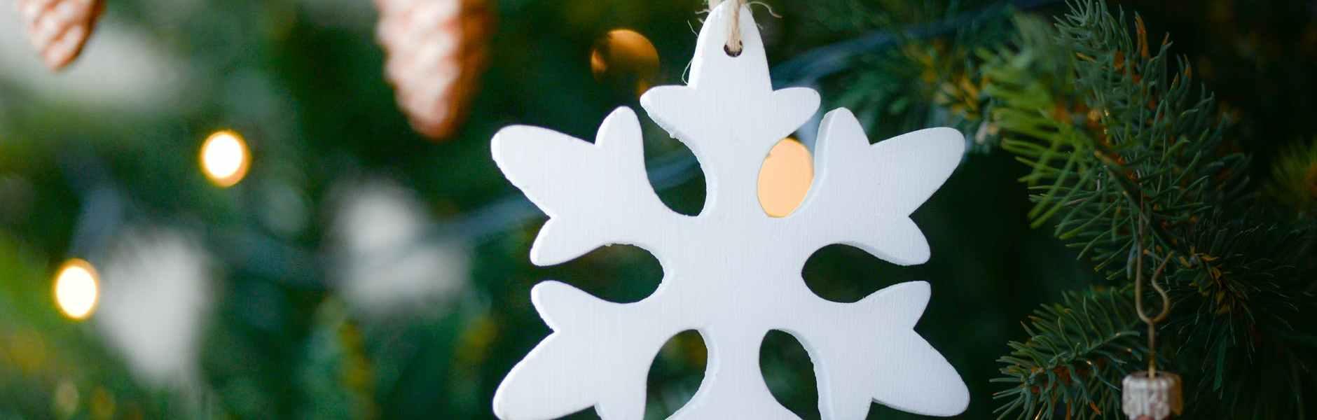 Kratki mjesečni horoskop za prosinac, white snow flake hanging on christmas tree