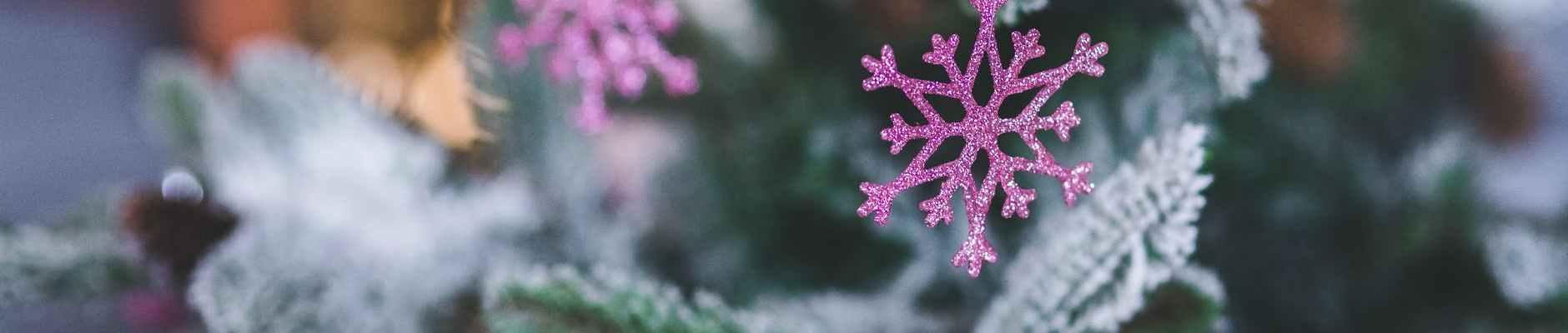 Živimo u vremenu velikih suprotnosti, pink snowflake christmas tree decoration