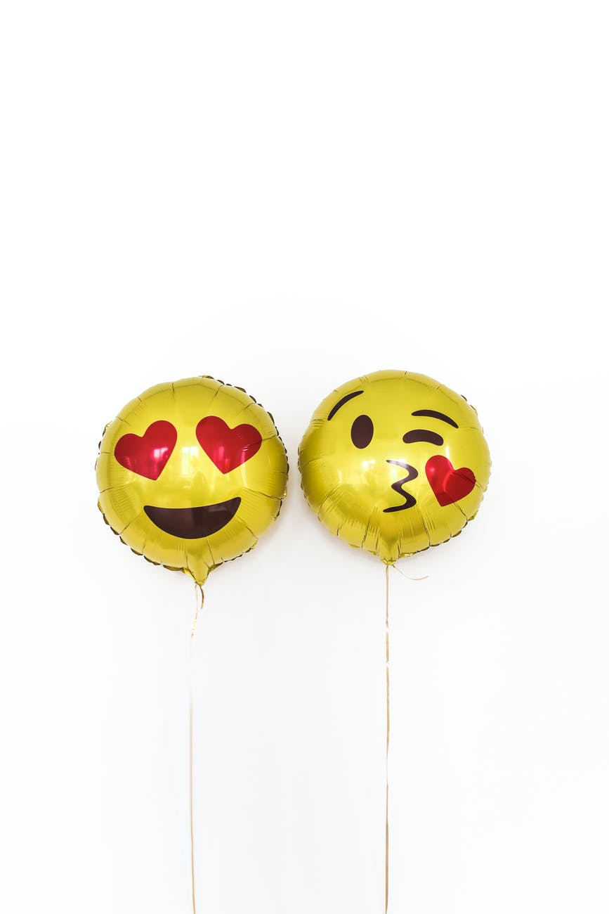 pair of yellow foil balloons with smiley face, Flert bez šećera