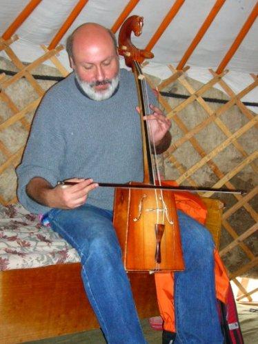 Intentant tocar amb un Morin khuur (Erdenet-Mongòlia)