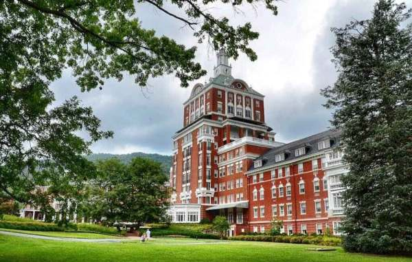 Amberlair Crowdsourced Crowdfunded Boutique Hotel - Meet luxury travel blogger Matt Long of Land Lopers at Homestead Resort in Virginia #boholover