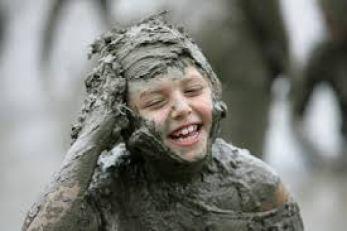 小孩玩泥巴