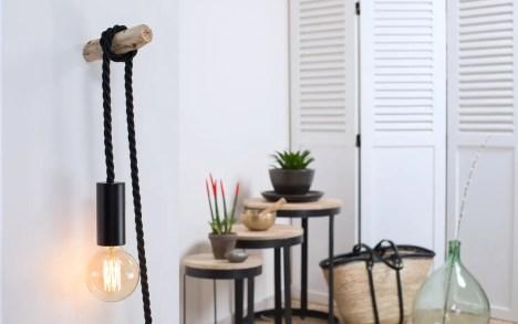 Baladeuse corde tissu noir, ladouille E27 est en bois peint en noir, le câble électrique est en corde tissu noir de diamètre 16. Elle est fourni avec une ampoule globe à filament de carbone vertical ou croisé.