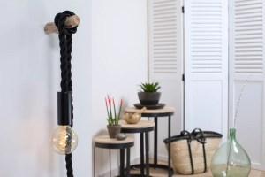 baladeuse corde tissu noir, ladouille E27 est en bois peint en noir, le câble électrique est en corde tissu noir de diamètre 24. Elle est fourni avec une ampoule globe à filament de carbone vertical ou croisé.