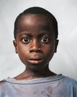 """Milhares de meninos foram recrutados pra combater na violenta guerra civil da Libéria. Este, cuja identidade não é revelada pra sua própria segurança, foi um deles. Vive refugiado na Costa do Marfim, numa escola pra """"ex-crianças-soldado"""". Tem 9 anos."""