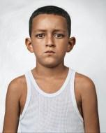 Juan David tem 10 anos e vive numa cabana com seus pais, em Medellin, Colômbia. São deslocados no seu próprio país, pois fugiram da vila onde viviam, muito afetada pela violência e pelo tráfico de drogas.