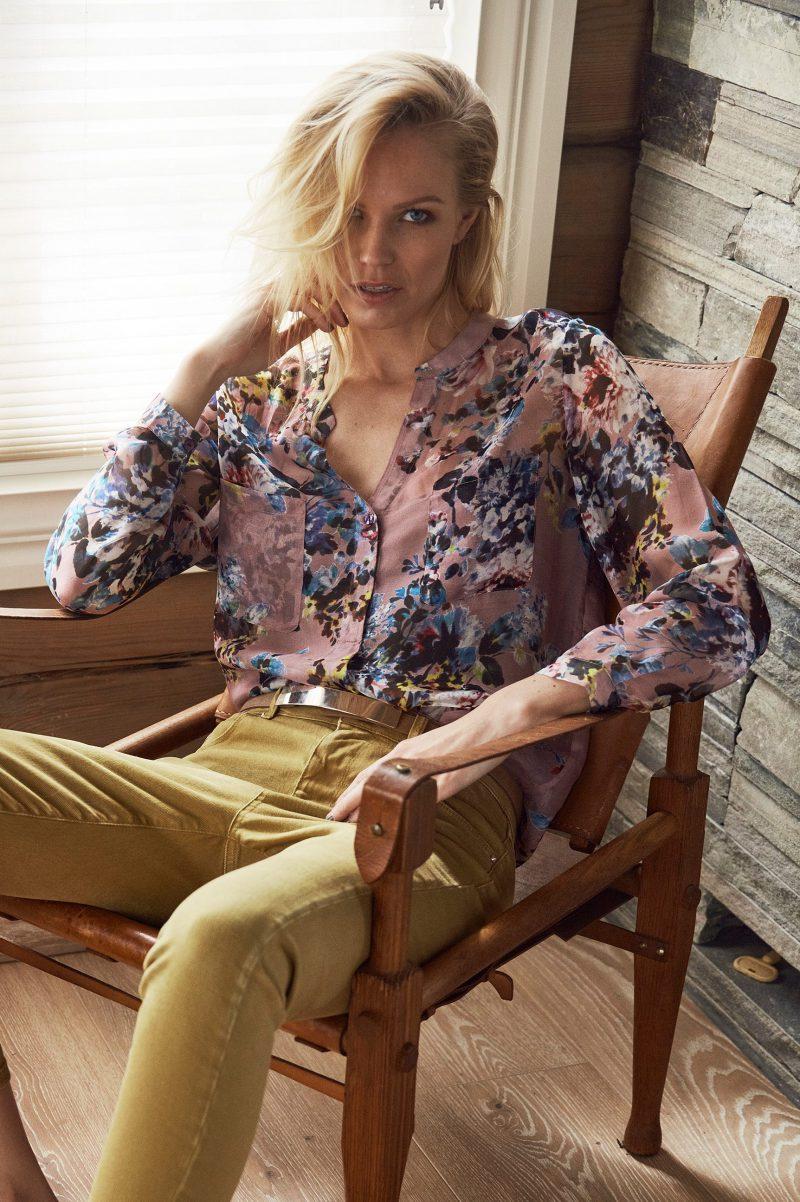 Rosablomstret silkebluse med v-hals Katrin Uri  - 413 Pink hour silk shirt