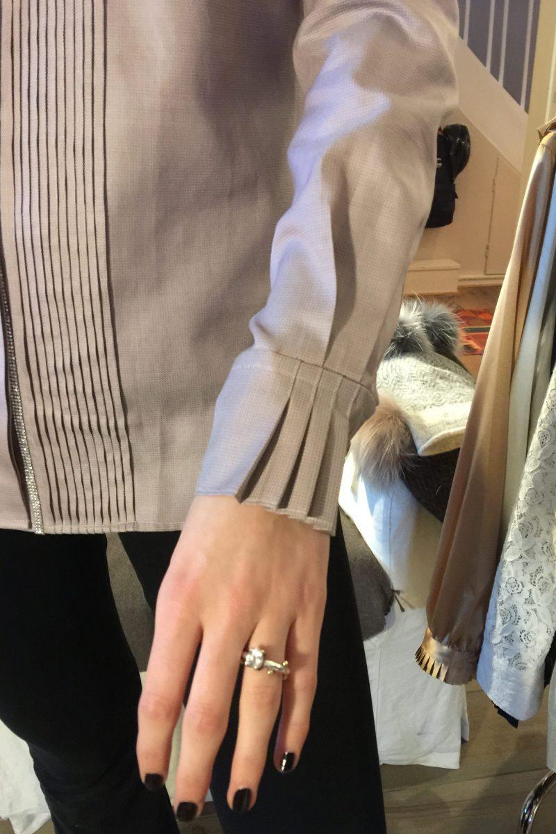 Hvit (ikke lavendel) silkebomull bluse med plissé og strass Stenstrøms - 272243 6493
