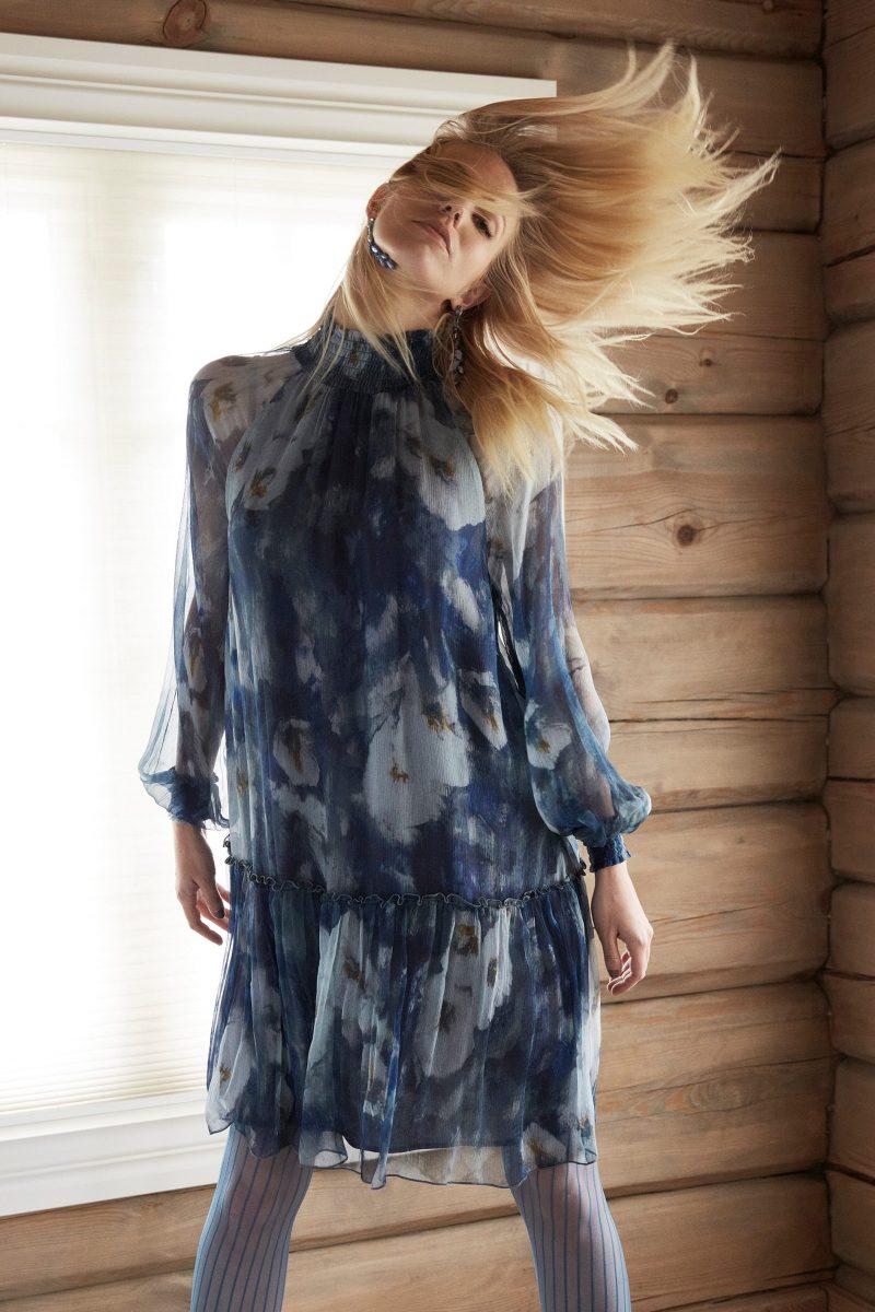 Blåmønstret kjole med polohals Katrin Uri