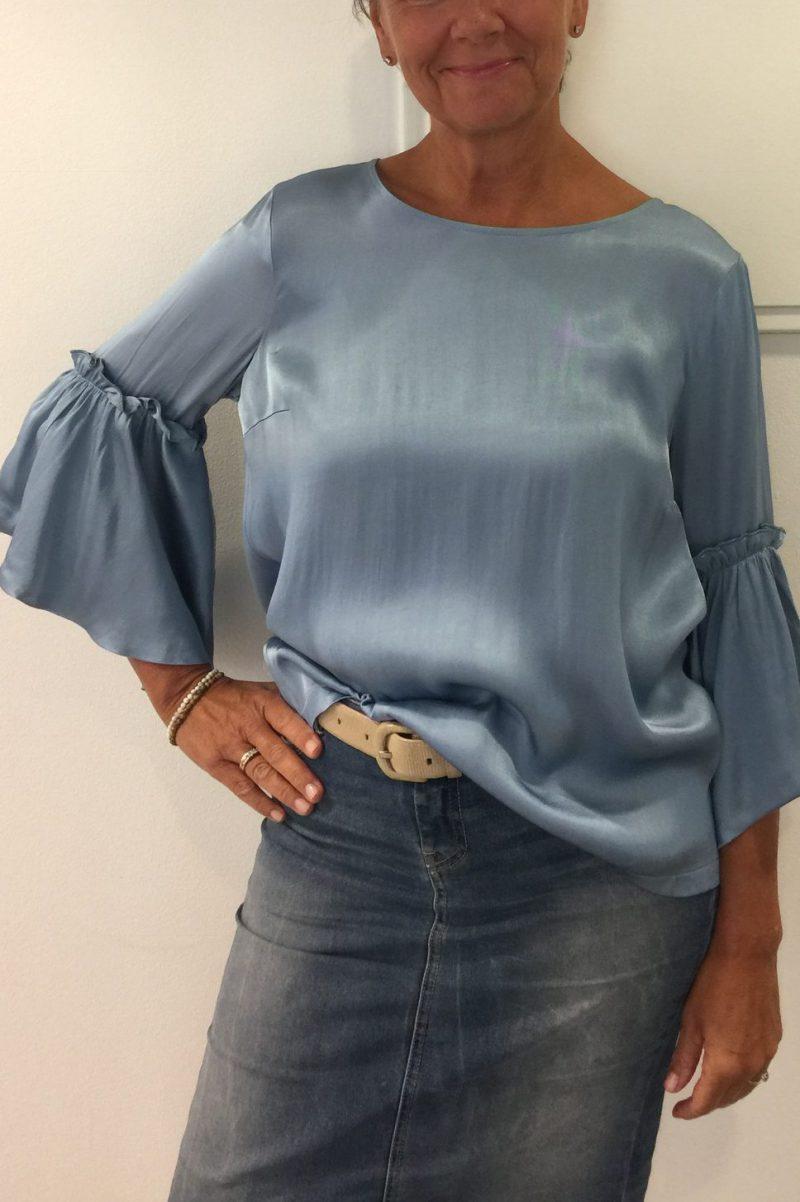 Lyseblå blusetopp med volanger i blank viskose Mos Mosh - 121450 pensee blouse