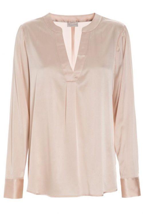 Dus rosa silkebluse med v-hals i stretch silkesatin Dea Kudibal - Santena 07-118 Stretch silk satin: 95% silk, 5% elastane
