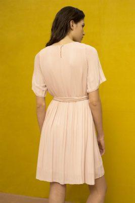 Korallrød eller guccigrønn plissekjole med kort erm Cathrine Hammel - 452.118 summer miami dress Her vist i en annen farge enn bestilt.