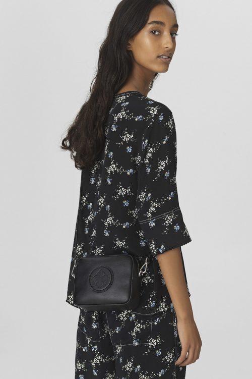 Sort eller brun skinn 'mini bag' By Malene Birger - Gemma Mini bag Q66986002 18 x 14.5 x 6.5cmSort skinn 'mini bag' By Malene Birger - Gemma Mini bag Q66986002 18 x 14.5 x 6.5cm