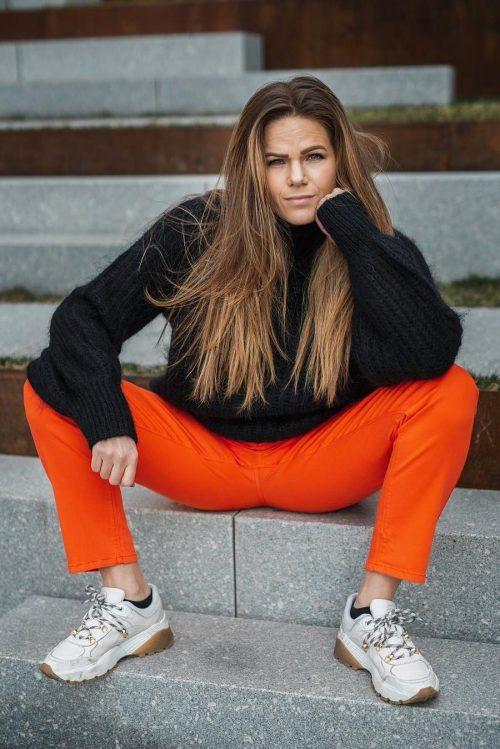 Orange bukse fra Cambio og sort genser fra Munthe