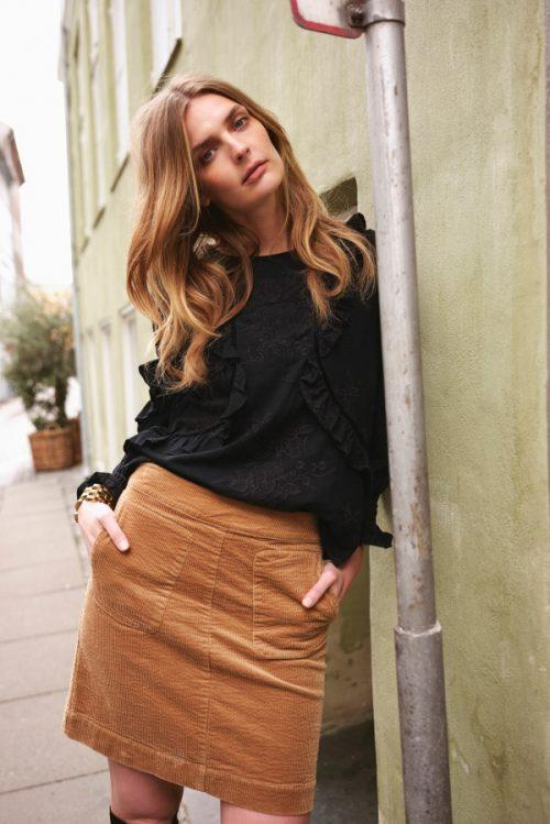 Sort bomull bluse og camel eller obergine cordskjørt Katrin Uri - bluse 450 becca garcia blouse / 646 felicia skirt