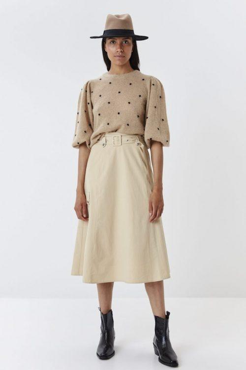 Sandfarget genser med dots og pufferm kombinert med langt a-shapet bomull skjørt med cargolommer Gestuz - 4301 astan puff pullover / 4197 adaline skirt