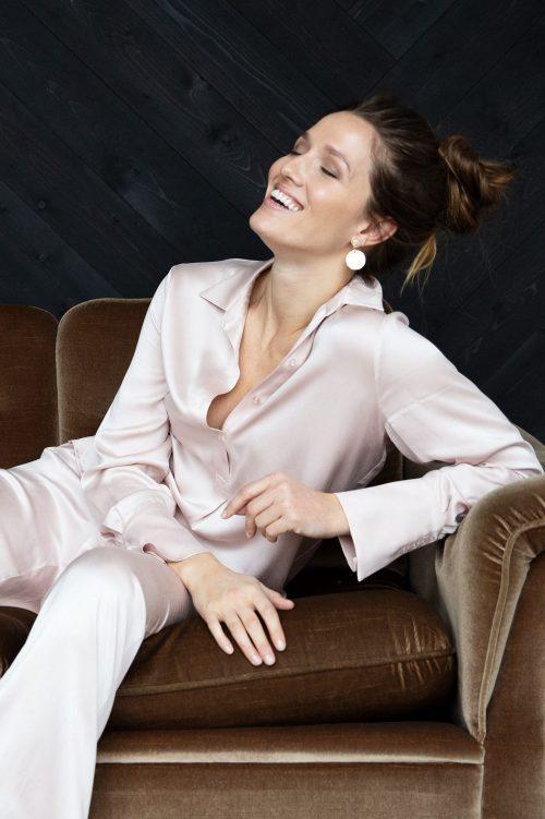 Dusty pink eller cognac silkeskjorte kneppet til midjen Amuse by Veslemøy - 6101. Tilhørende silkebukse tatt inn i dusty pink og sort - 6112