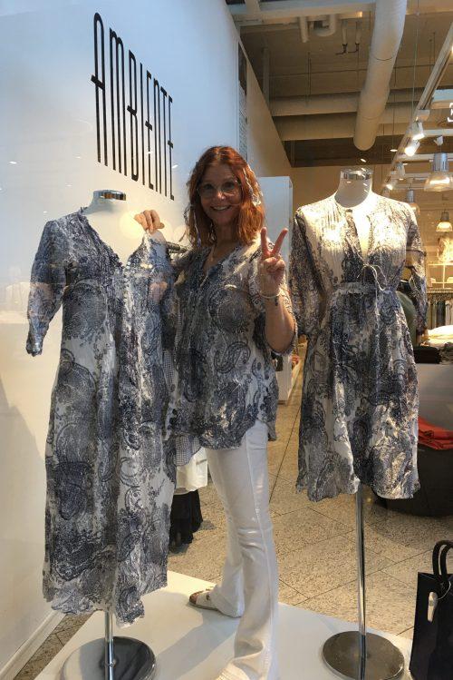 Her ser du paisley-printet i lang kjole med splitt, kort kjole og tunika fra utstillingen fra OneSeason på CC Vest. Kundene svatt da de forstod at Sandra var en del av utstillingen ;-)