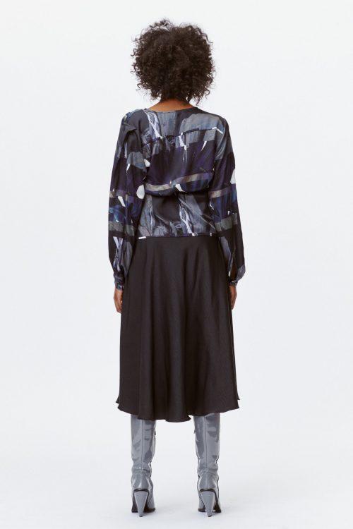 Sortolivenblå mønstret silke/viskose omslagsbluse Munthe - lettuce 1011
