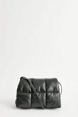Sort IT-bag for sesongen. Sort faux leather clutch kan brukes som clutch eller skulderveske Stand - wanda clutch