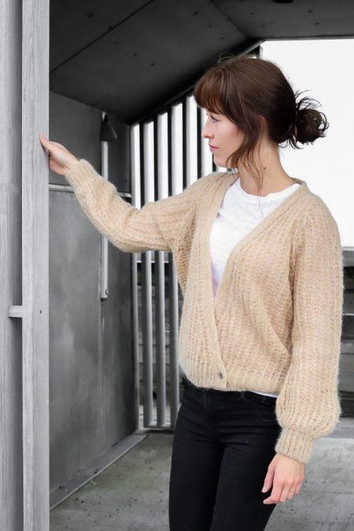 Nougat melange (offwhite) eller dark grey melange cardigan Gai+Lisva - freyja. Her vist i en mer honning farge enn offwhite