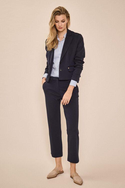 Kort navy pique jakke i blouson-fasong med tilhørende cropped bukse Mos Mosh - 138000 lopez pique blazer / 138060 bella pique cropped pants