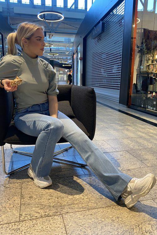Slate grey mintgrønn viskose turtletopp med med pufferm Gestuz - rifa ss turtle neck Lys denim flare jeans med høyt liv og rett fra 70-tallet Lois Jeans - riley heritage harry L32/L34