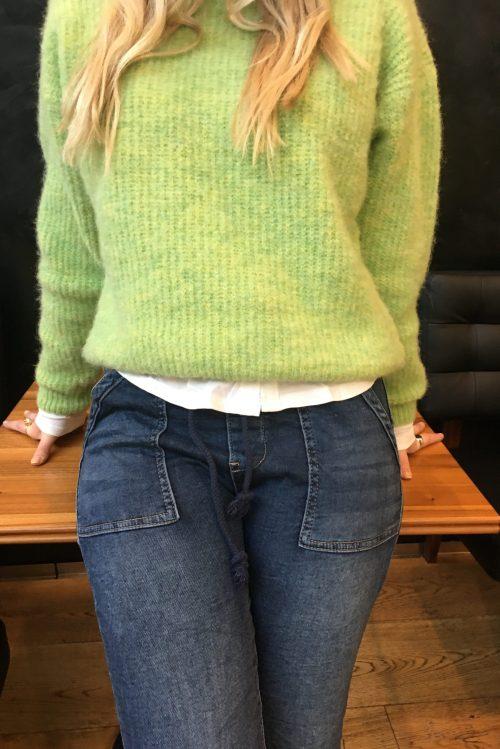 Signalgrønn alpakkamiks genser American Vintage – east18f Supermyk jeans med trendy store ytterlommer Cabana Living - viva 7169