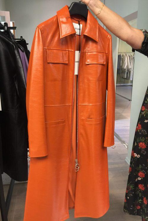 Orange 70-talls krøsjlakk kåpe Stand Studio - 61070-8220 christina coat (faux leather cracked)