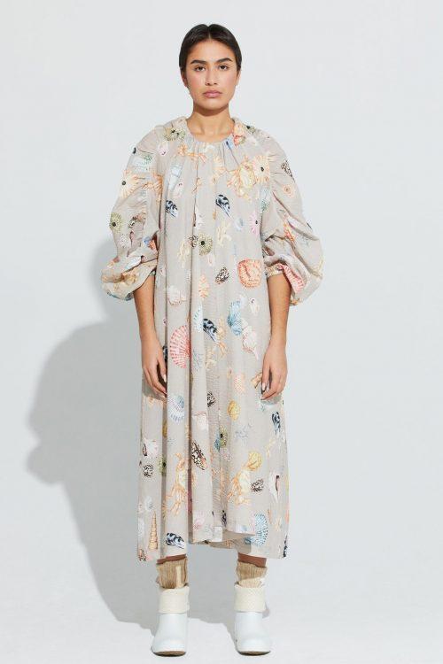 Rosa- eller beigemønstret kreppet cotton lang oversized kjole ILAG - mellomholmene dress